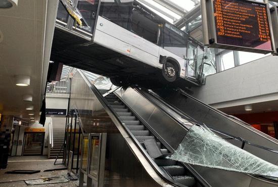 اتوبوسی که سر از نا کجاآباد در آورد!/عکس
