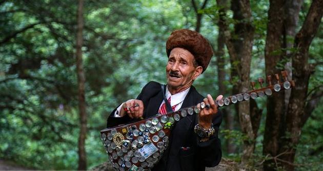 80-year-old musician entertains tourists in northwestern Iran
