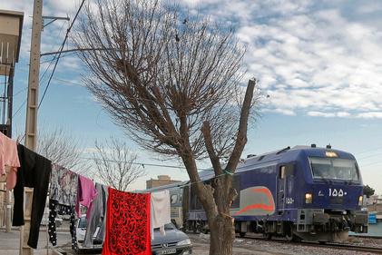 تصاویر| زندگی در کنار خط راهآهن
