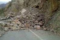 بازگشایی چند محور مسدود شده بر اثر ریزش سنگ در ملکشاهی