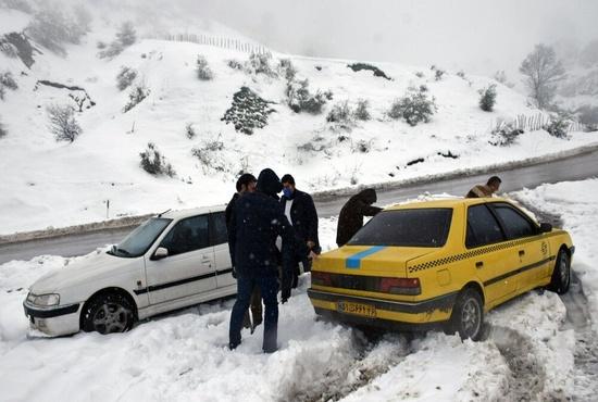 فیلم| امدادرسانی یک مامور پلیس به مسافر گرفتار در برف