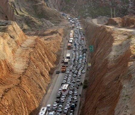 تراکم خودروها در پی تصادف یک تانکر سوخت در جاده مهران