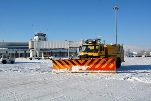 انجام سومین عملیات برفروبی در باند فرودگاه اردبیل