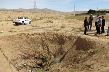 فرونشست خطرناک زمین در مسیر تردد کامیون ها