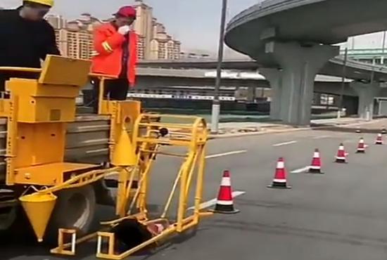 فیلم| تکنولوژی در خدمت نصب علائم ترافیکی