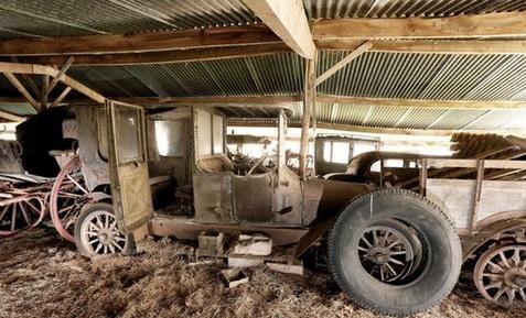 انبار خودروهای قدیمی گران قیمت