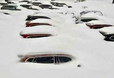 کمک کولبران به مردم گیر کرده در برف + فیلم