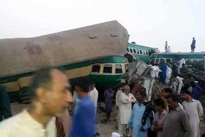 70 کشته و زخمی در برخورد دو قطار در پاکستان + فیلم