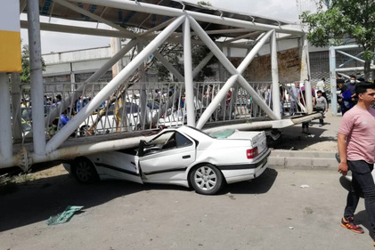 سقوط پل عابر پیاده در خیابان امیرکبیر تهران