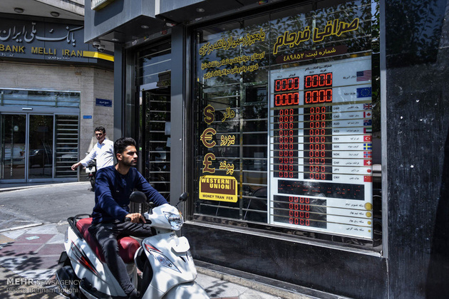روز اول اجرای بسته ارزی بانک مرکزی : صرافیها هیچ ارزی نمیفروشند