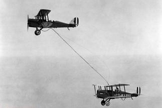 عکس تاریخی از نخستین سوختگیری هوایی در جهان