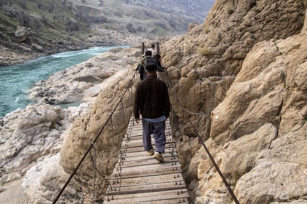 عبور سخت و خطرناک روستاییان پارده و اردود از رودخانه کارون