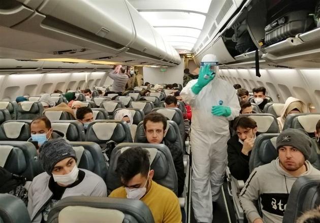ببینید| گلایه یک مسافر از عدم رعایت فاصله گذاری اجتماعی در پرواز