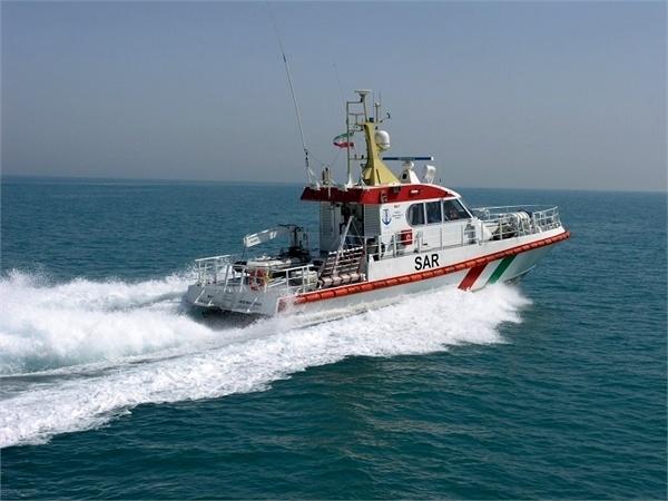 نجات ۱۲ نفر سرنشین یک شناور در آب های منطقه پارس جنوبی