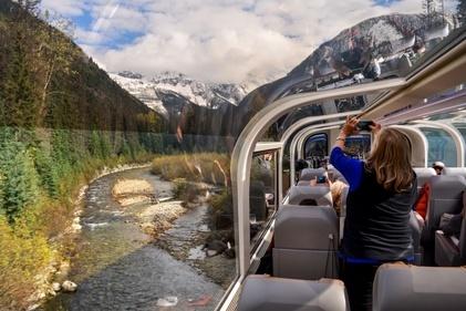 سفری هیجان انگیر به کوهستان های کانادا، با قطار شیشه ای