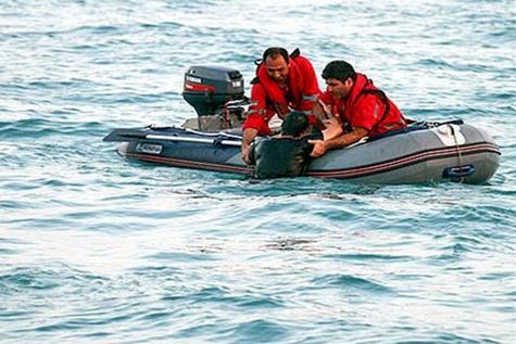 نجات یک ماهیگیر در آب های جزیره کیش