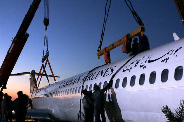 انتقال هواپیمای سانحه دیده ماهشهر توسط یک کشنده+فیلم