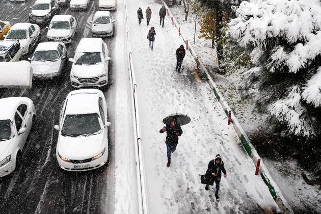 شن پاشی معابر تهران بدنبال برف امروز / هیچ معبری مسدود نیست
