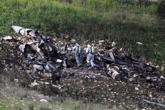 عکس/ آزمایش لاشه جنگنده اسرائیلی توسط نیروهای امنیتی این کشور