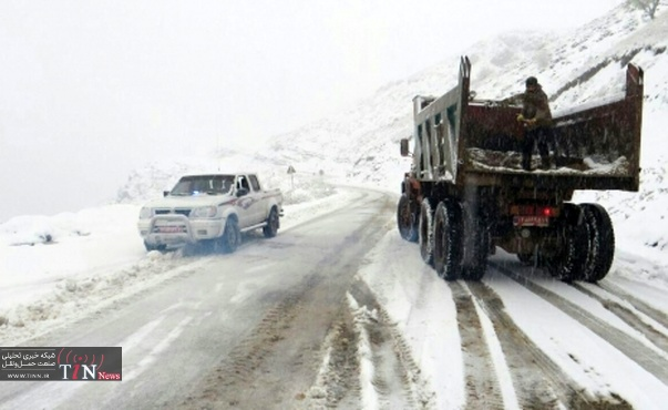 بارش برف در برخی محورهای استان قزوین آغاز شد