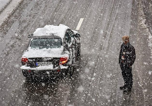برف و باران در محورهای ١٣ استان
