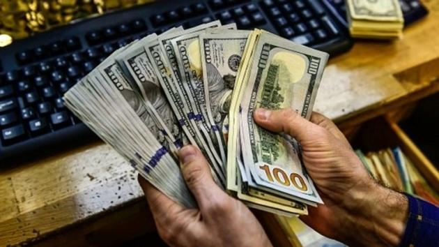 هجوم دلالان برای فروش و افت 700 تومانی دلار