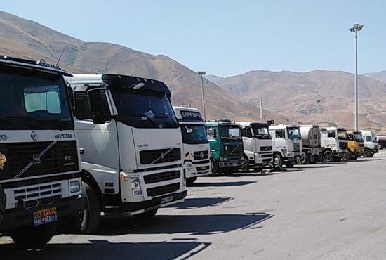 عکس| راننده کامیون: بدون لاستیک چگونه بارگیری کنیم؟