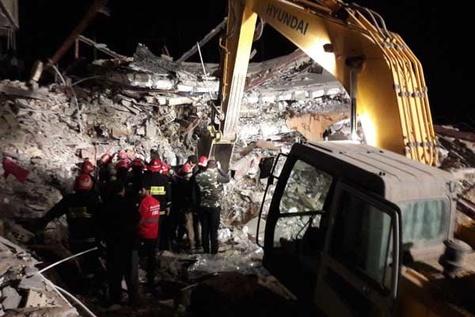 تلاشهای شبانهروزی آتشنشانان کرمانشاهی در امدادبه زلزلهزدگان