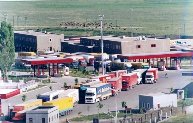 منع تردد کامیون ها به افغانستان از مرزهای ماهیرود و دوغارون