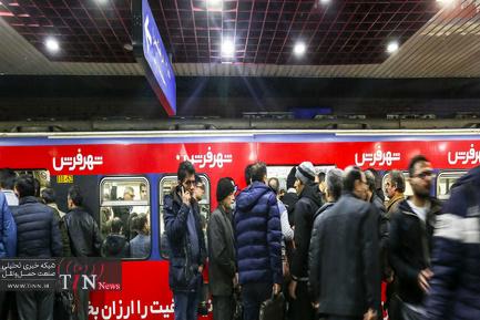مترو تهران در یک روز برفی
