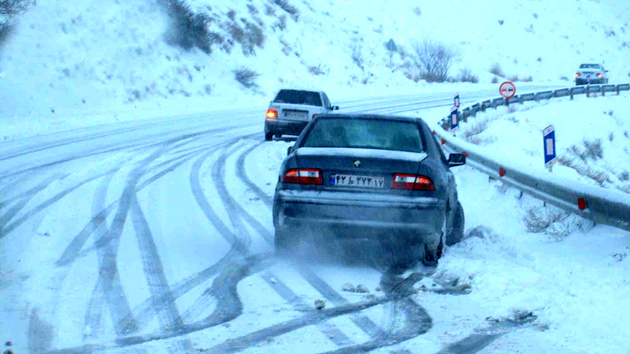 بارش برف در جادههای ارومیه ادامه دارد