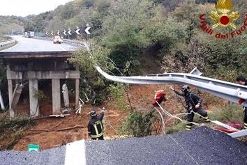 ببینید: ریزش پل در شمال ایتالیا به دنبال بارش شدید باران