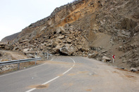 ریزش کوه 10 بار جادههای کردستان را مسدود کرد