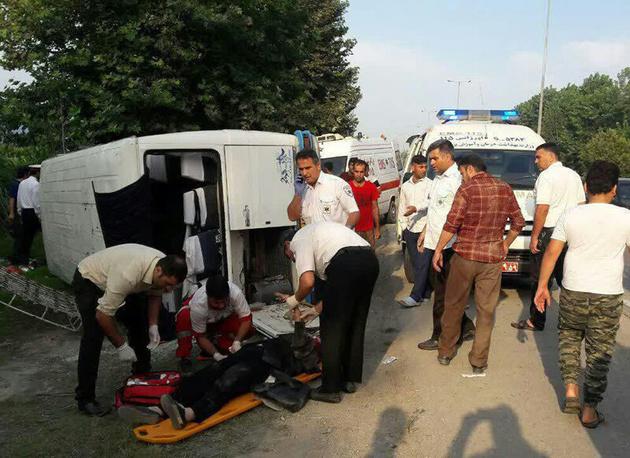 واژگونی مینی بوس در بندرگز ۱۹ نفر را راهی بیمارستان کرد