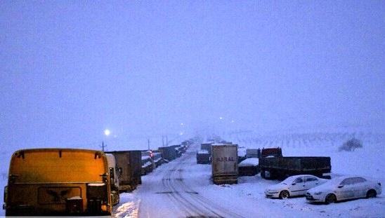 صحنه عجیب گیر افتادن خودروها در برف سنگین +فیلم