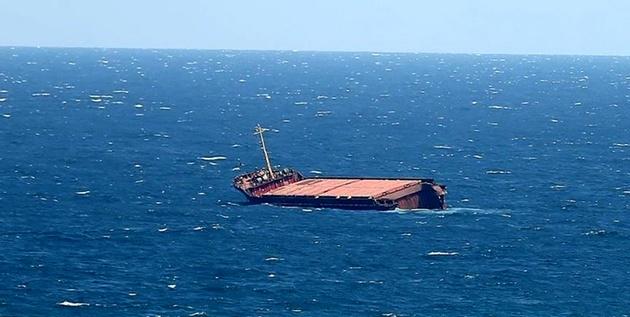 غرق شدن کشتی باربری در پی وقوع طوفان در هند