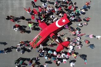 عکس/ استقبال از اولین خلبان زن ایروباتیک ترکیه