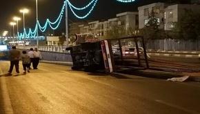 چپ کردن کامیون حامل میلگرد در خیابان آزادی + تصاویر