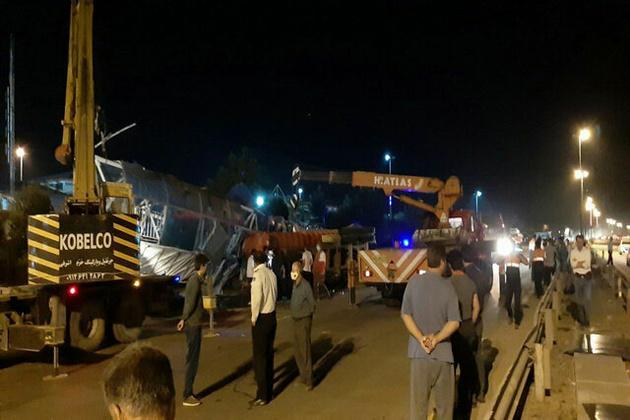 سقوط پل هوایی بر روی دو خودرو؛ یک فوتی و ۶ مصدوم