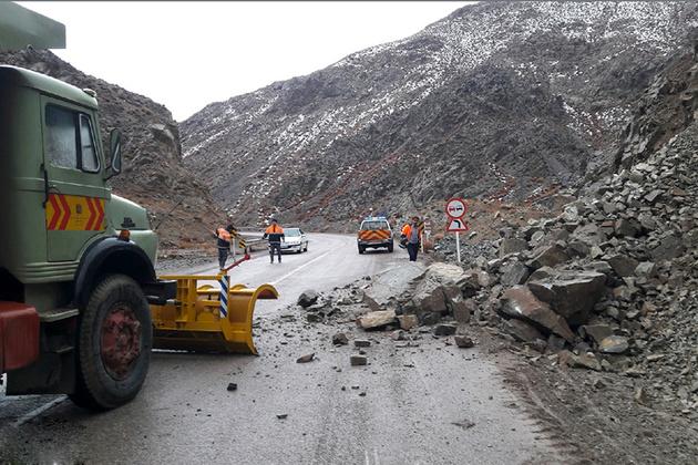 ریزش کوه سبب محدودیت ترافیکی در سبزوار شد