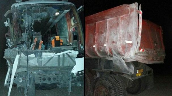 هفت مصدوم در برخورد اتوبوس با کامیون