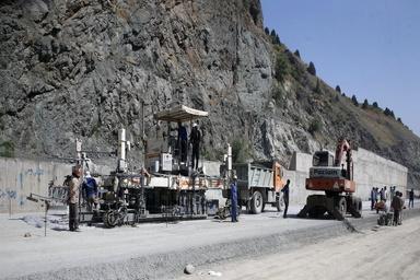 خادمی: تا پایان سال پنج آزاد راه به طول ۳۸۰ کیلومتر به اتمام میرسد