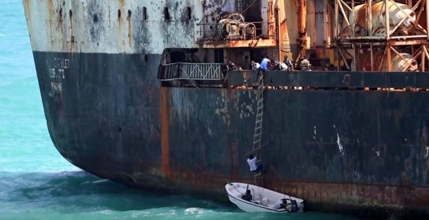 Robbers board container ship off Manila