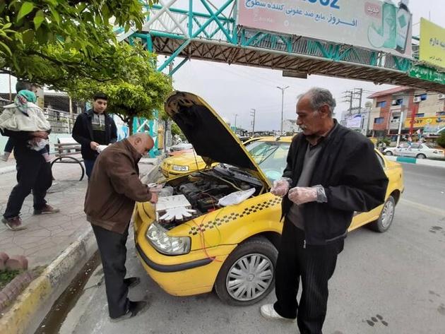 تصاویر  راننده تاکسی که برای مردم دستکش میسازد