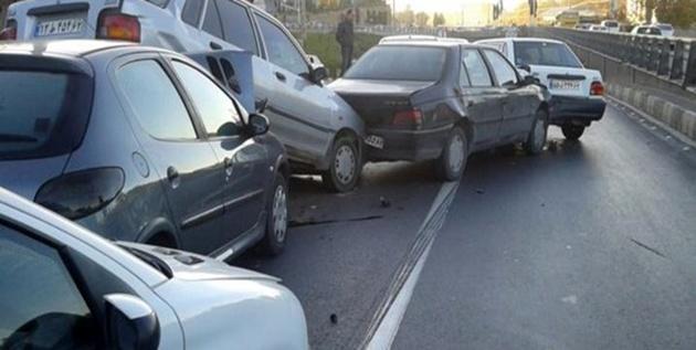 مصدومیت 14 نفر در تصادف زنجیرهای 15 خودرو/ 2 نیروی اورژانس هم مصدوم شدند