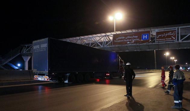 سقوط پل عابرپیاده اتوبان ذوبآهن به دلیل بیاحتیاطی راننده تریلی