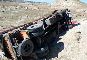 واژگونی کامیون در سپیدان حادثه آفرید