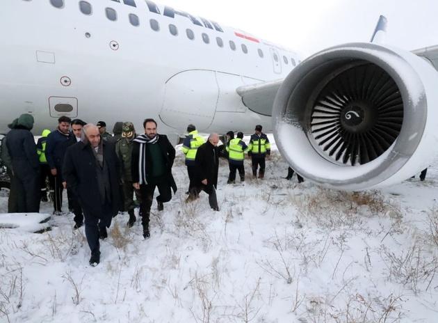 استاندار کرمانشاه: هواپیما از باند اصلی فرودگاه خارج نشده است
