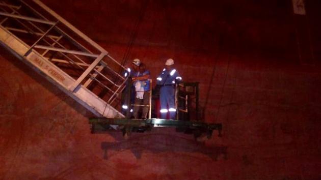 ارائه  خدمات پزشکی به پرسنل مصدوم یک کشتی نفتکش در آبهای ساحلی بندر چابهار