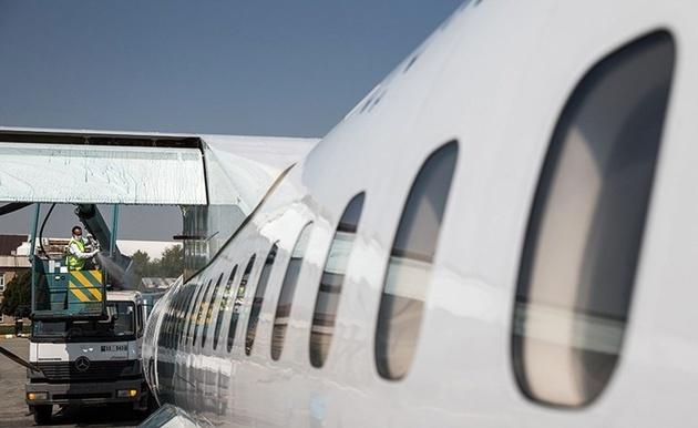 چرا مسافران از سمت چپ سوار هواپیما میشوند؟